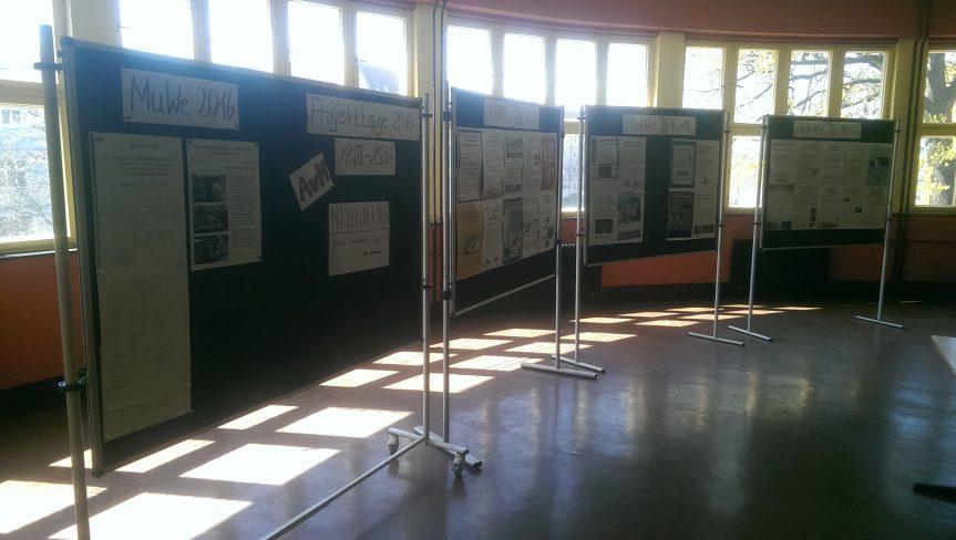 Im Rondell der 1. Etage präsentieren sich alle Kursangebote der AvH-Projektwoche mit einem Plakat