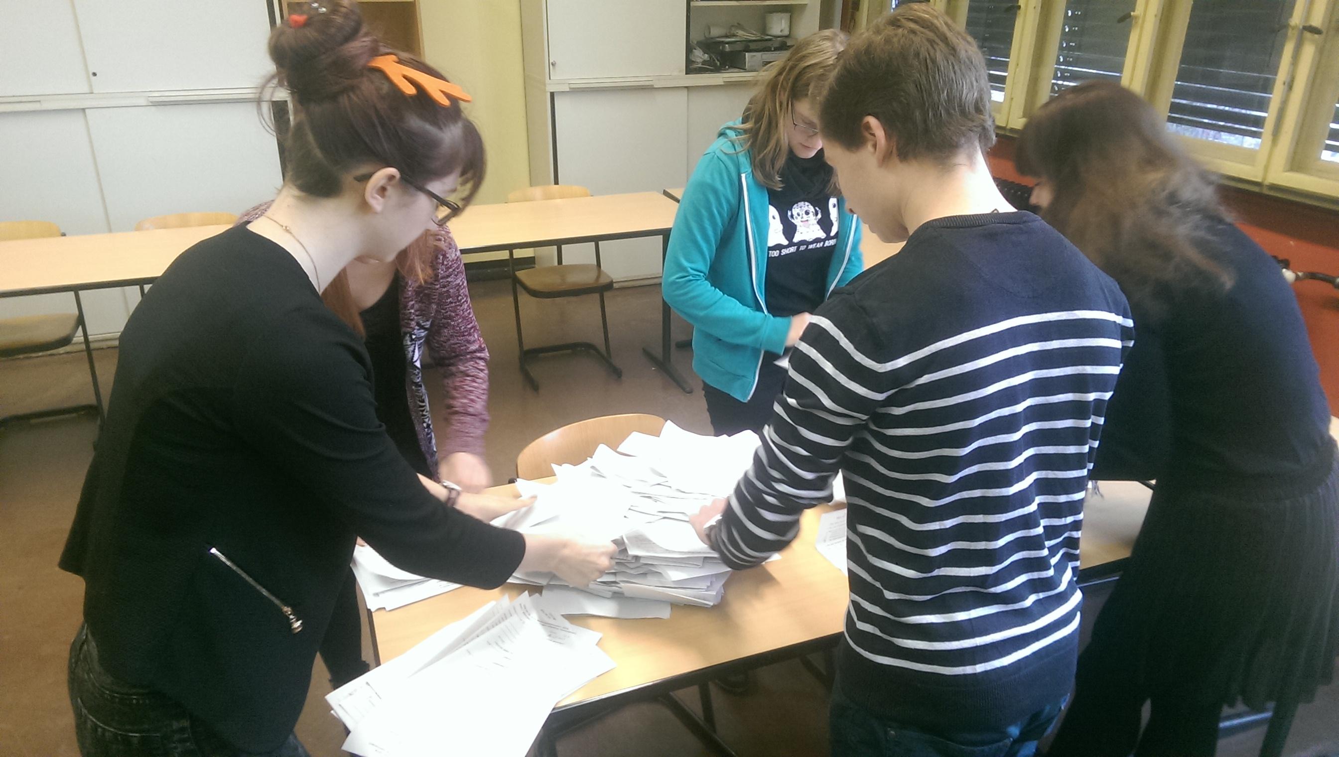 Die Umfragebögen zum AvH-Weihnachtskonzert werden durch Schülerinnen und Schüler gezählt.