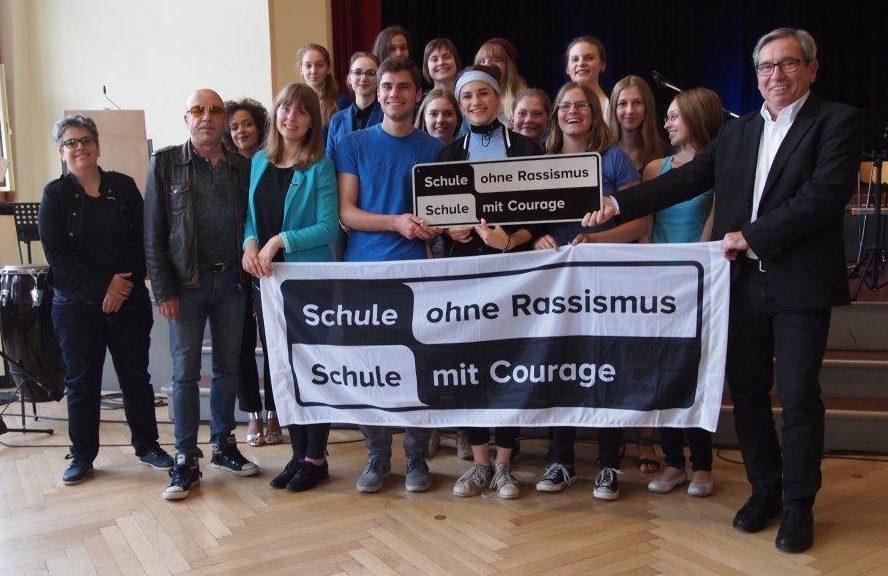 Die Courage-AG der Schule bei der Übergabe des Titels gemeinsam mit dem Schulleiter und dem Paten