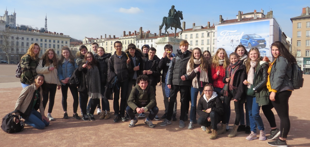 Unsere französischen und deutschen AustauschschülerInnen am 22. März 2018 auf der Place Bellecour in Lyon