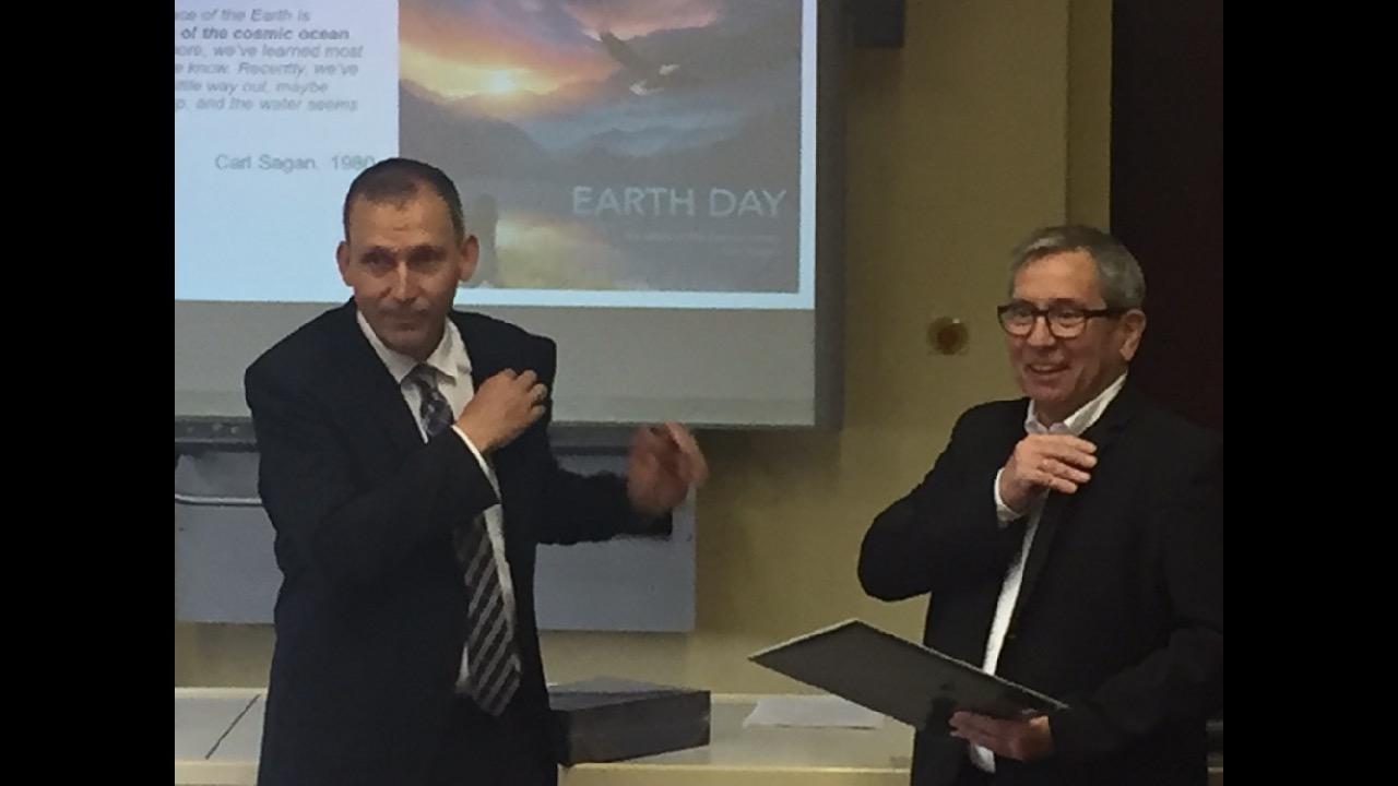 Übergabe des NASA-Button von Prof. Dr. Zurbuchen, Wissenschaftsdirektor der NASA an Hr. von Schwedler, Schulleiter des Alexander-von-Humboldt-Gymnasiums