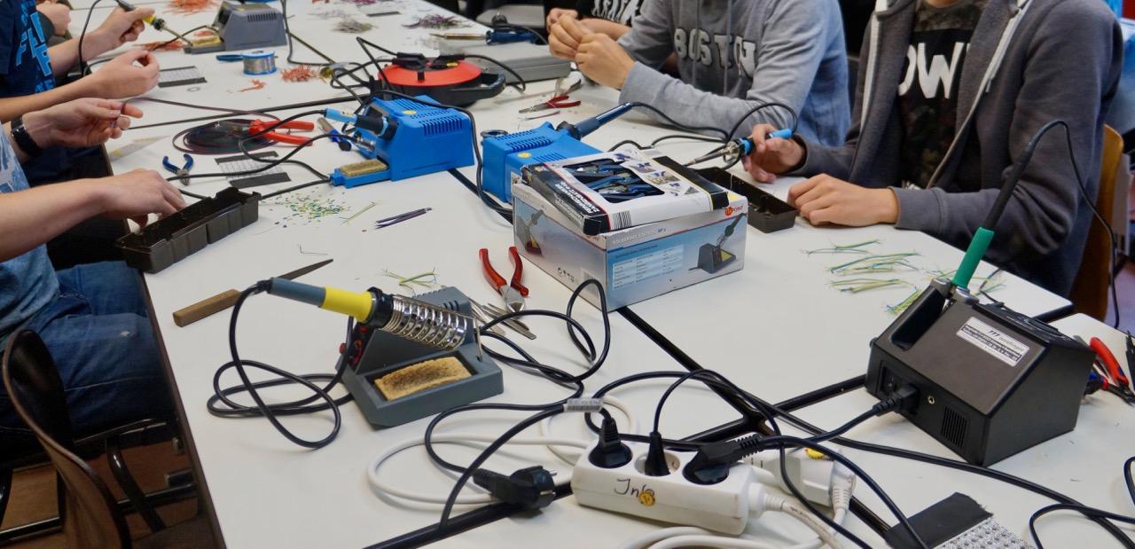 Schüler beim Löten bei der LED-Matrix